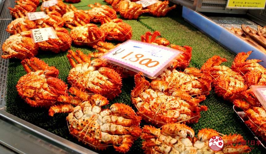 日本北海道自由行推介道東釧路的釧路和商市場內出售的蟹