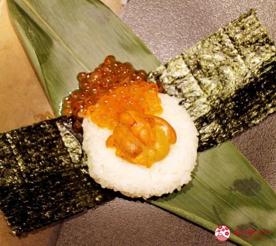 北海道自由行必去札幌食必吃和牛燒肉推薦推介美食店肉割烹八寸的海膽鮭魚卵握飯糰上菜時的狀態