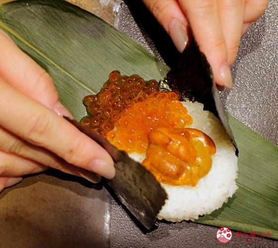 乐吃购日本记者在制作北海道自由行必去札幌食必吃和牛烧肉推荐推介美食店肉割烹八寸的海胆鲑鱼卵握饭团