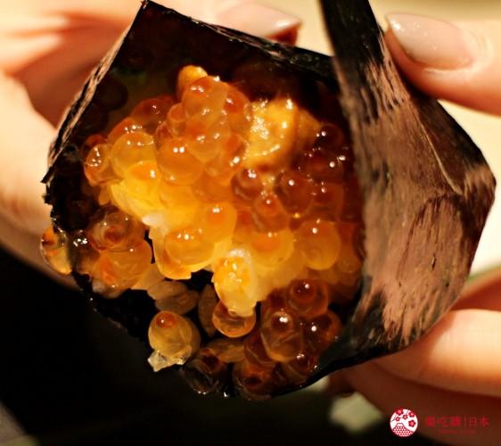 北海道自由行必去札幌食必吃和牛烧肉推荐推介美食店肉割烹八寸的海胆鲑鱼卵握饭团已制成的状态