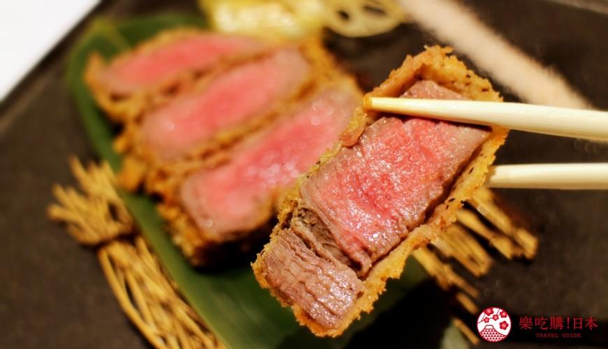 北海道自由行必去札幌食必吃和牛烧肉推荐推介美食店肉割烹八寸的招牌菜炸菲力牛排被夹起了一块