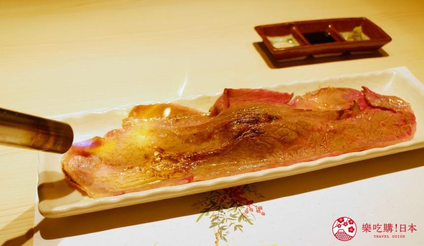北海道自由行必去札幌食必吃和牛烧肉推荐推介美食店肉割烹八寸的招牌菜名物特大20公分 OVER 炙烧和牛寿司的和牛片