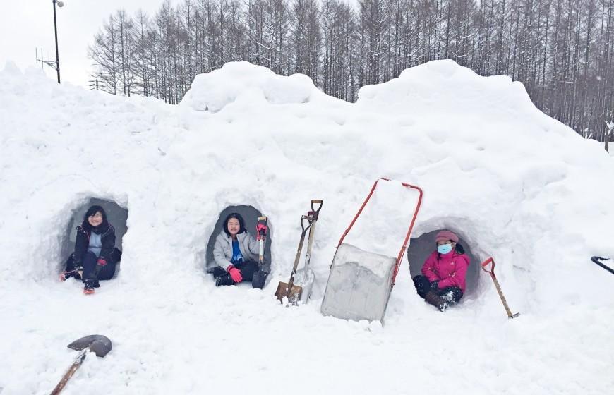 自己的雪屋自己挖!冬季露营体验,在「自制雪屋」睡一晚