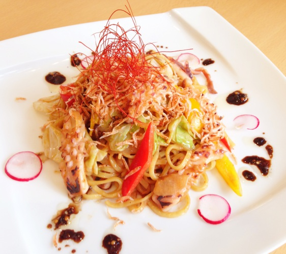 北海道亲子游推荐城堡式登别尼克斯海洋公园内城堡内餐厅的登别阎魔炒面
