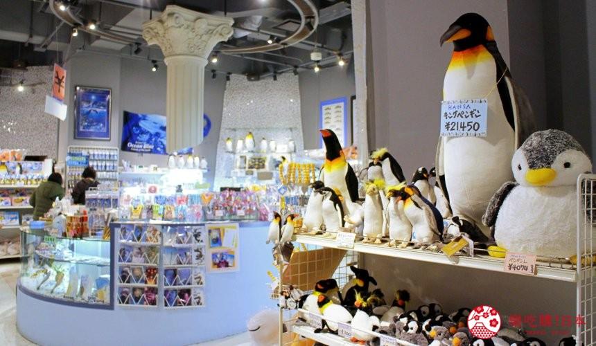 北海道親子遊推薦城堡式登別尼克斯海洋公園內城堡內商店內擺放企鵝商品的伴手禮區