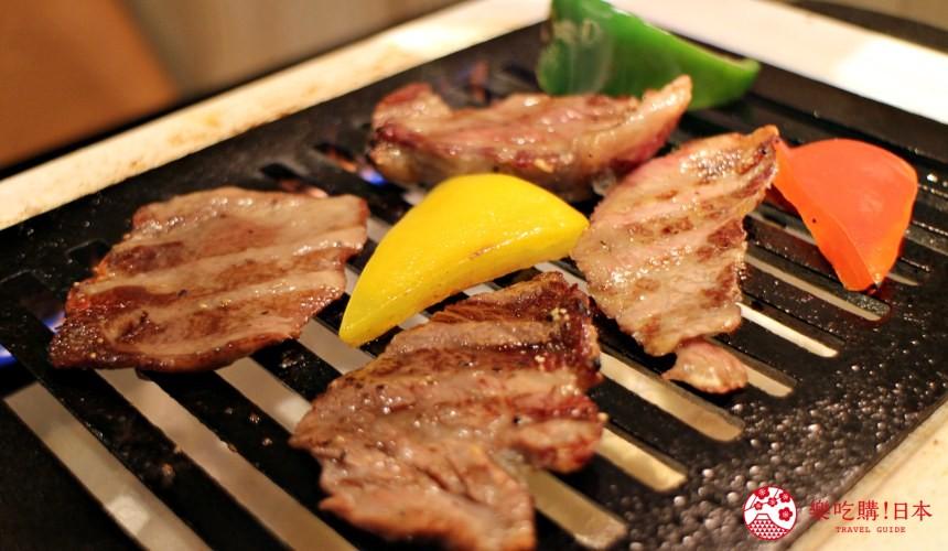 日本北海道自由行美食推薦推介薄野站附近和牛燒肉店BULL店內提供的牛舌跟配菜一起在爐上被燒