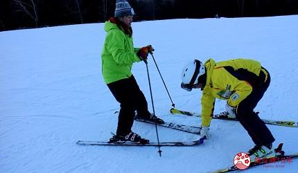 北海道道東三湖必玩雪上活動推薦推介滑粉雪的國設阿寒湖畔滑雪場內的滑雪指導實拍