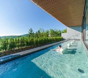 北海道最大的四季度假胜地「留寿都度假区」的温泉大浴场「寿之汤」外望景观辽阔