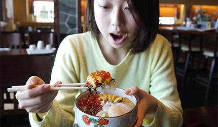 函馆必吃炭火烧烤名店「きくよ食堂 Bay Area店」的元祖函馆巴丼实际试吃之一