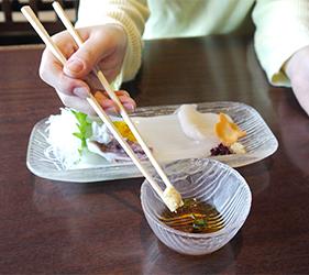 函館必吃炭火燒烤名店「きくよ食堂 Bay Area店」的烏賊素麵(イカソーメン)沾生薑泥