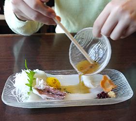 函館必吃炭火燒烤名店「きくよ食堂 Bay Area店」的烏賊素麵(イカソーメン)與醬汁攪拌