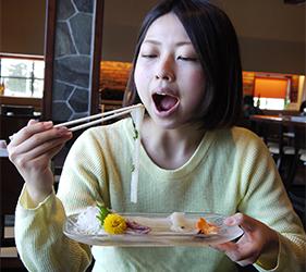 函館必吃炭火燒烤名店「きくよ食堂 Bay Area店」的烏賊素麵(イカソーメン)開吃